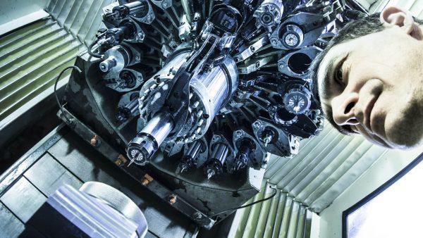 Inside a CNC mill. Portrait of an employee. Industriefotografie