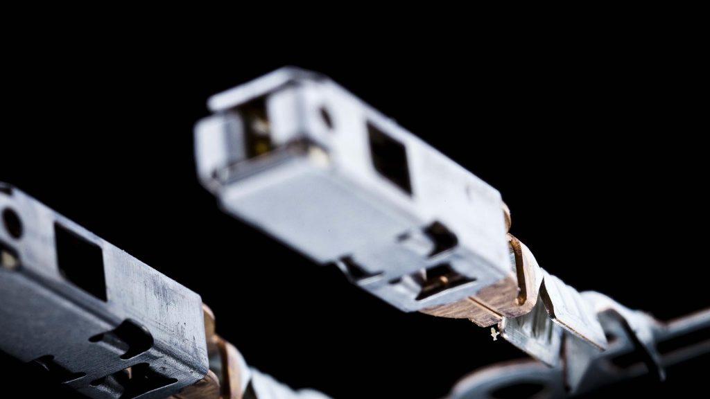 Stacked macro Industriefotografie eines elektrischen Kontaktes. Extreme Macroaufnahme aus 32 Einzelaufnahmen für höchste Schärfe und Auflösung. Stack 1photo of an electric contact. Composing for highest sharpness and size.