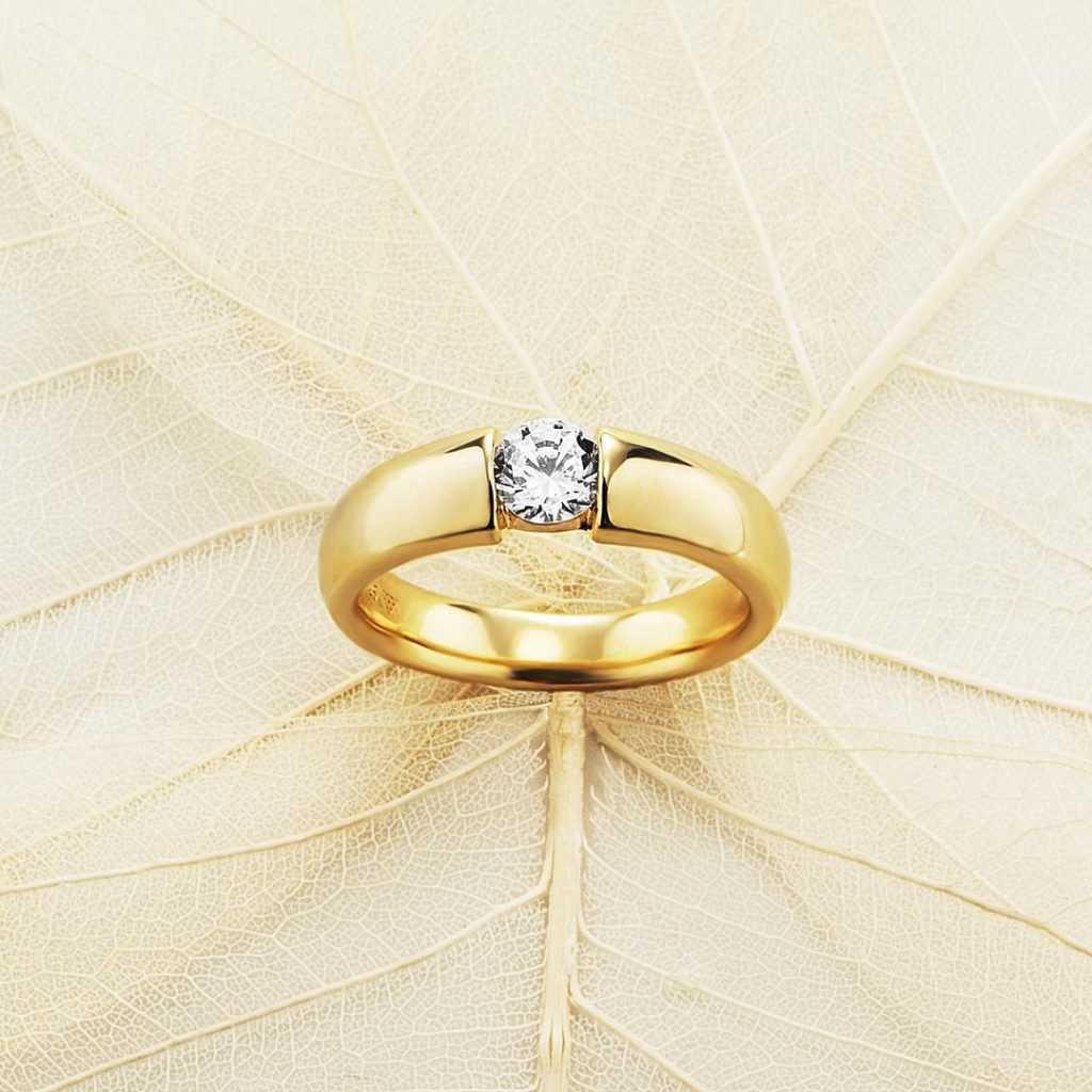 Photo of agold ring with zirkoni shot by the jewel photostudio Echt eppelta